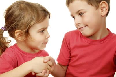 Duas crianças apertam as mãos